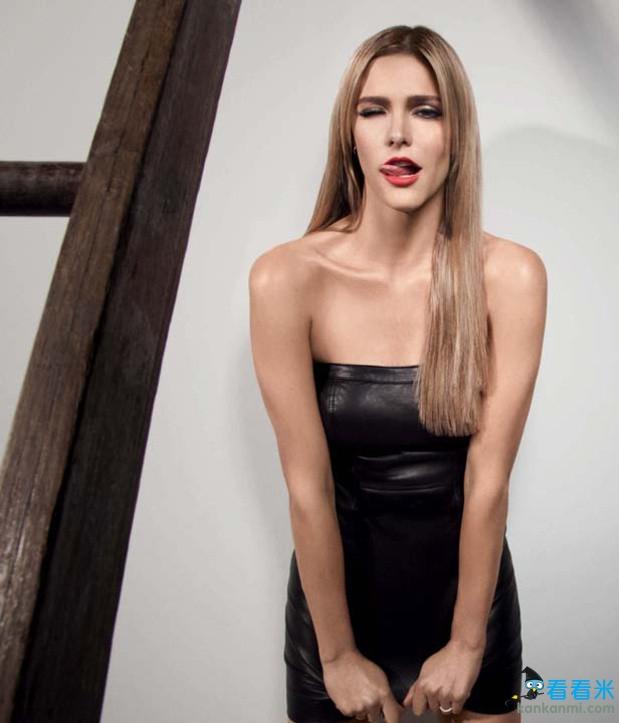 世界杯美女主持化身性感女警 红唇美背诱惑