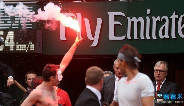 反同者裸体放焰火抗议打断决赛 纳达尔吃了一惊