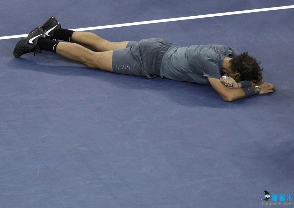 组图:纳达尔美网夺冠狂喜倒地 招牌动作咬奖杯