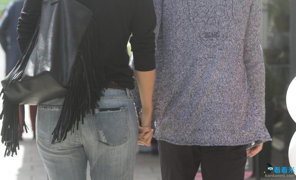 莎拉波娃与男友季米甜蜜逛街 俊男美女牵手秀恩爱/图