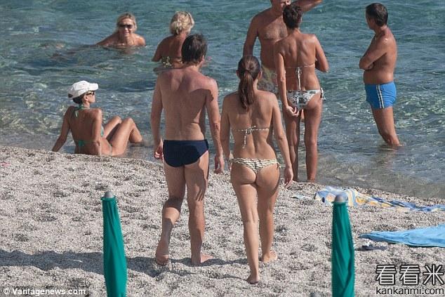 孔蒂携妻子海边度假  足球视频录像回放和高清下载可